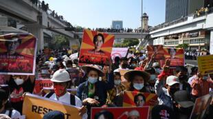 Una manifestación en contra del golpe militar en Rangún, Birmania, el 17 de febrero de 2021