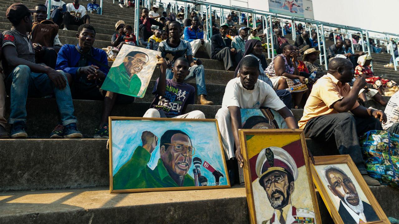 Des personnes se rassemblent dans le stade national des sports pour rendre hommage à l'ancien président Robert Mugabe, le 13 septembre 2019 à Harare.