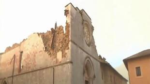 Capture d'écran de la chaîne italienne Sky Tg24 montrant la basilique de San Benedetto de Norcia, le 30 octobre 2016.