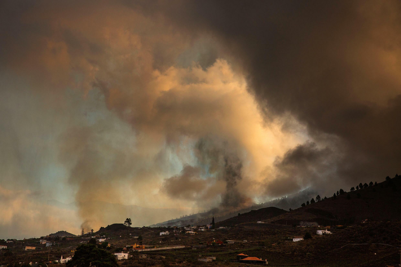 ارتفاع الحمم والدخان بعد ثوران بركان في حديقة كومبري فيجا الوطنية في إل باسو بجزيرة لا بالما الكناري ، 19 سبتمبر 2021.