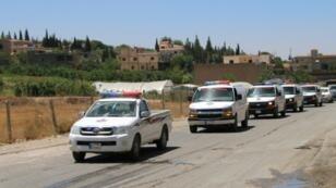 """قافلة للخدمات الطبية في حزب الله تعبر اللبوة في شرق البقاع ناقلة جثامين مقاتلين سقطوا خلال المعارك مع جبهة """"فتح الشام"""" في جرود عرسال، 30 تموز/يوليو 2017"""