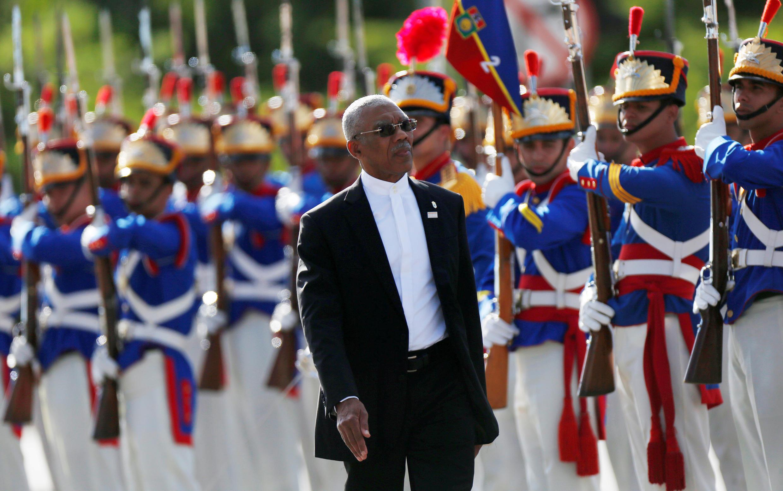 El presidente de Guyana, David Arthur Granger, saluda a la guardia durante la cumbre anual del bloque comercial Mercosur en Brasilia, Brasil, 21 de diciembre de 2017.