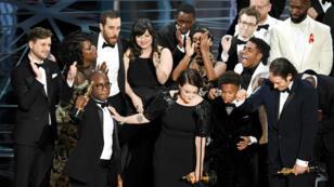 """L'équipe du film """"Moonlight"""" reçoit l'Oscar du meilleur film, le 27 février 2017."""
