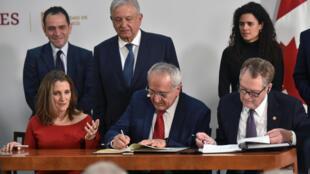 La vice-présidente du Canada Chrystia Freeland, le représentant américain au commerce, Robert Lighthizer, et le négociateur commercial en chef du Mexique pour l'Amérique du Nord, Jesus Seade, signent un accord de libre-échange, le 10 décembre 2019 à Mexico