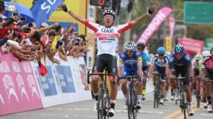 El ciclista colombiano Juan Sebastián Molano (UAE Emirates) celebra tras cruzar la meta en la tercera etapa del Tour Colombia 2.1, en Llanogrande, Antioquia, Colombia, el 14 de febrero de 2019.