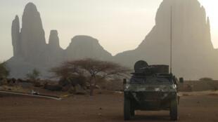 Un blindé français de l'opération Barkhane devant le mont Hombori dans la région de Gourma au Mali, le 27 mars 2019