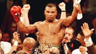 Mike Tyson titré champion du monde des poids lourds, le 16 mars à 1996 à Las Vegas