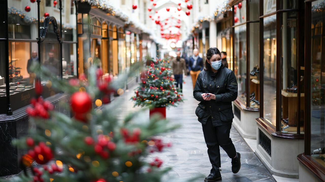 Una mujer camina por el Burlington Arcade adornado con adornos navideños, en medio del brote de la enfermedad del coronavirus en Londres, Reino Unido, el 23 de noviembre de 2020.