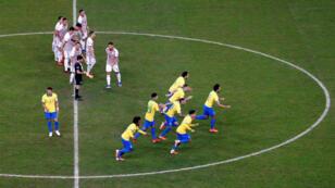 Los jugadores de Brasil celebran el pase a semifinales de la Copa América después de una tanda de penaltis contra Paraguay en Porto Alegre. 27 de junio de 2019.