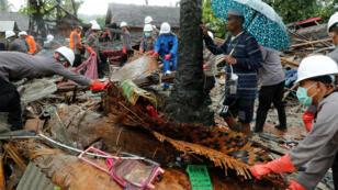 Uno de los miembros de los cuerpos de rescate durante las labores de búsqueda en la provincia de Banten, Indonesia, el 26 de diciembre de 2018.