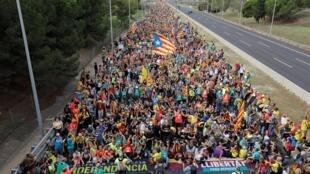 Des manifestants catalans brandissent des drapeaux indépendantistes lors de la grève générale en Catalogne, à Sant Just Desvern, le 18octobre2019.