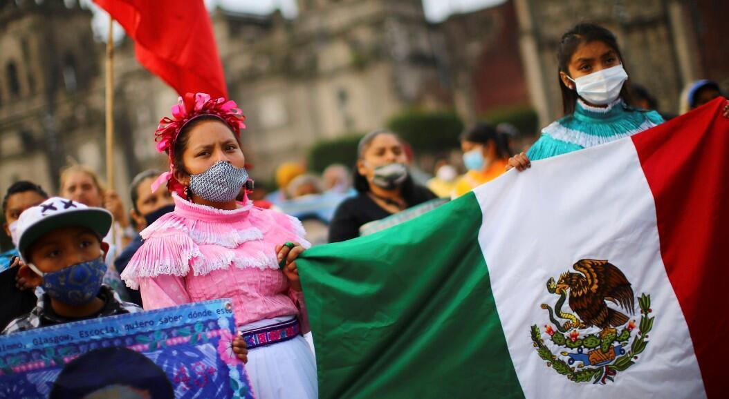 Decenas de personas protestaron para exigir justicia en el sexto aniversario de la desaparición de 43 estudiantes de la Escuela Normal Rural de Ayotzinapa, en el estado de Guerrero. En Ciudad de México, México, el 26 de septiembre de 2020.