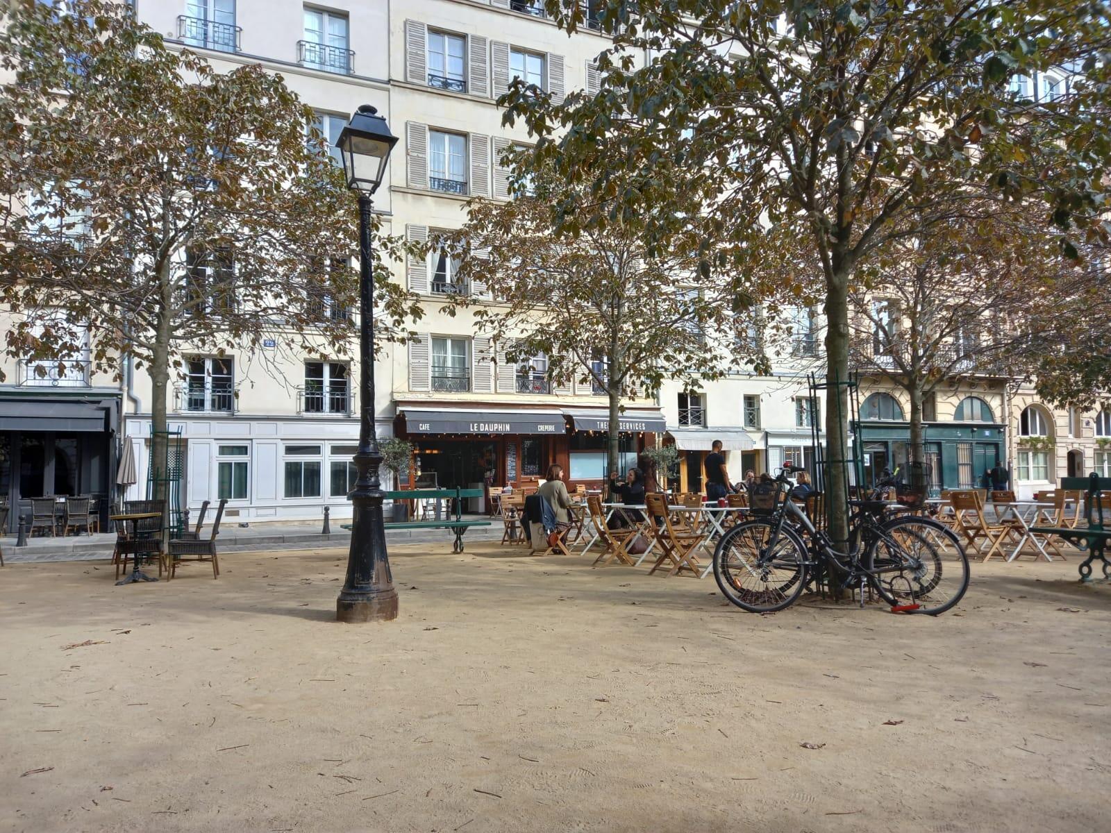 Sophie se détend à la terrasse d'un café place Dauphine, à quelques mètres du tribunal de Paris.