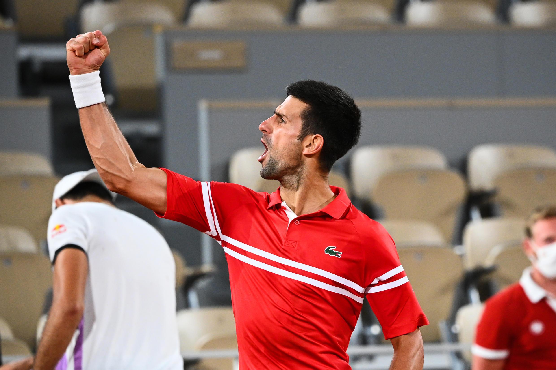 La joie du Serbe Novak Djokovic, après avoir battu l'Italien Matteo Berrettini, en quart de finale du tournoi de Roland Garros, le 9 juin 2021 à Paris