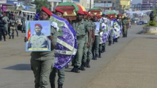 Le 17 novembre 2017, des soldats camerounais brandissent les photographies de soldats tués dans des affrontements avec la minorité anglophone dans le sud-ouest et le nord-ouest du pays.