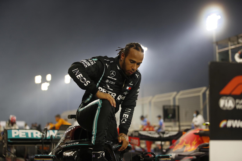Lewis Hamilton prend un genou avant le Grand Prix d'Abu Dhabi le 13 décembre.