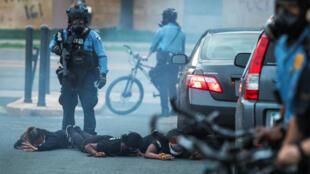 Un oficial del Departamento de Policía de Minneapolis detiene a un grupo de personas durante las manifestaciones en reacción a la muerte en la custodia policial de George Floyd, en Minneapolis, Minnesota, EE. UU., el 31 de mayo de 2020. Fotografía tomada el 31 de mayo de 2020.