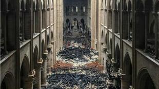 Interior de la catedral de Notre-Dame de París, un día después del incendio del 15 de abril que la devastó.