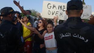 أنصار الرئيس التونسي قيس سعيّد أمام البرلمان المغلق من جانب الجيش غداة تجميد كافة أعماله، في العاصمة تونس في 26 تموز/يوليو 2021
