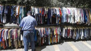 سوري في سوق البالة في دمشق في 17 أيار/مايو 2020