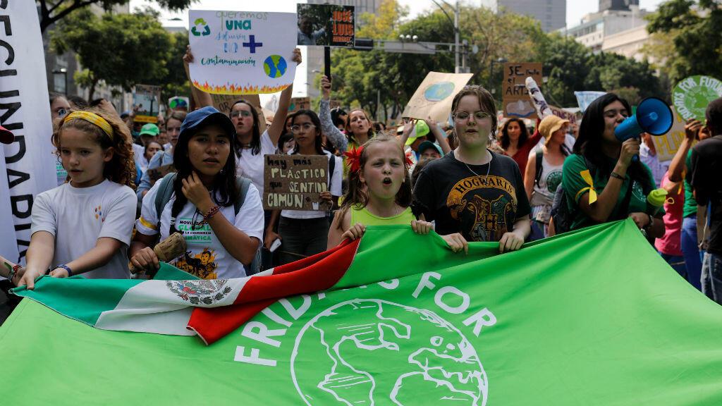 Los manifestantes sostienen una bandera mientras participan en una marcha contra el cambio climático en Ciudad de México, México, el 20 de septiembre de 2019.