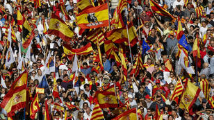 Plusieurs milliers d'Espagnols ont manifesté à Barcelone pour l'unité de l'Espagne, le 8 octobre 2017.