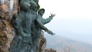 Au sommet du Hartmannswillerkopf, le monument en hommage aux soldats du 152e régiment d'infanterie.