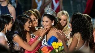 ملكة جمال الفيليبين تحتفل بتتويجها ملكة لجمال الكون في لاس فيغاس، 20 كانون الأول/ديسمبر 2015