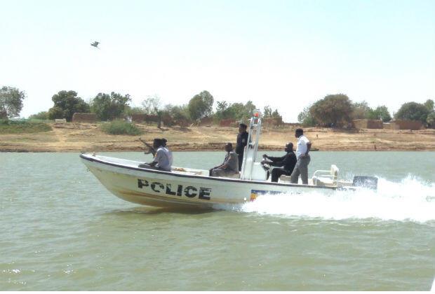 Sur le fleuve Chari, la police nationale tchadienne surveille toute pirogue suspecte.
