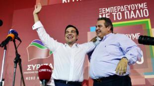 Alexis Tsipras et le leader du parti des Grecs Indépendants (ANEL), Panos Kammenos, doivent former un gouvernement de coalition, lundi 21 septembre 2015.