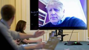 جونسون يترأس اجتماعا عبر دائرة فيديو