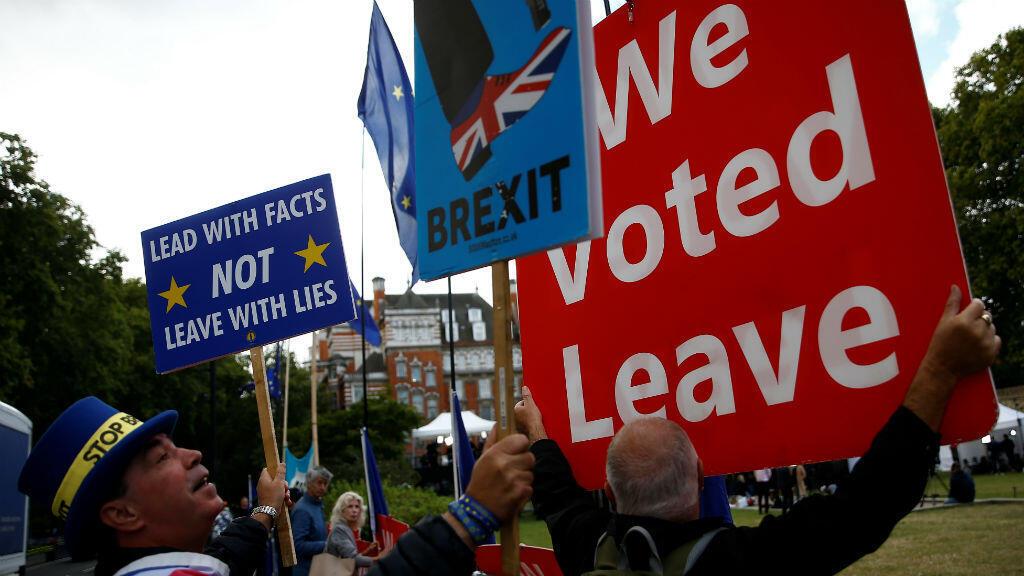 Un anti-Brexit y un pro-Brexit protestan frente al Parlamento de Londres, en Gran Bretaña, el 5 de septiembre de 2019.