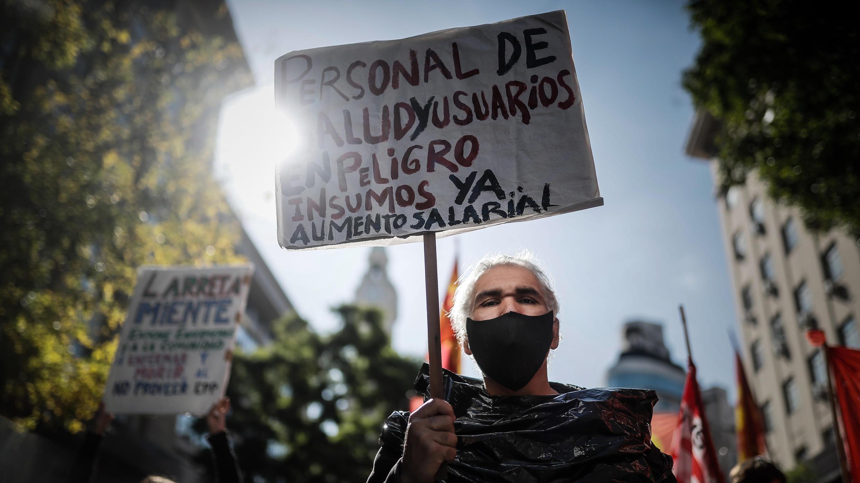 Grupos sociales se manifiestan contra la crisis económica general, agudizada por la cuarentena nacional por la pandemia este 7 de mayo, en Buenos Aires (Argentina).