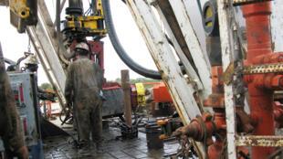 Trabajadores contratados por la compañía estadounidense de petróleo y gas Apache Corp perforan un pozo horizontal en Texas. Archivo