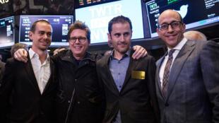 Les co-fondateurs de Twitter Jack Dorsey, Biz Stone et Evan Williams, et le CEO de Twitter Dick Costolo, après l'introduction en bourse de leur société, le 7 novembre 2013 à New York.