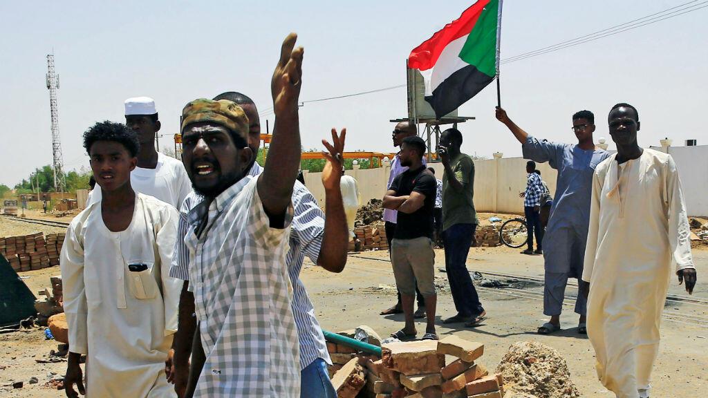 Los manifestantes sudaneses establecieron una barricada en una calle, exigiendo que el Consejo Militar de Transición del país entregue el poder a los civiles, en Jartum, Sudán, el 5 de junio de 2019.