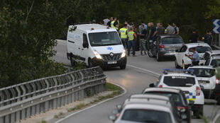 Une camionnette des services fiunéraires transporte le corps du suspect en cavale Younès Abouyaaqoub, le 21 août 2017, au sud de Barcelone.