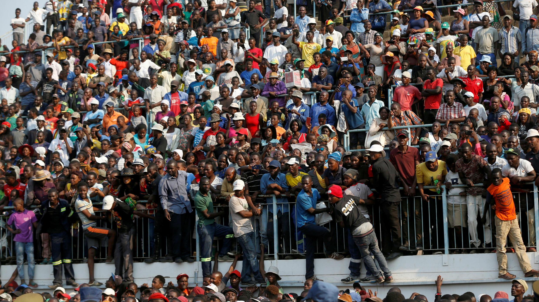 Los dolientes reaccionan después de ver el cuerpo de Robert Mugabe, en el estadio Rufaro, en Mbare, Harare, Zimbabwe , 12 de septiembre de 2019.