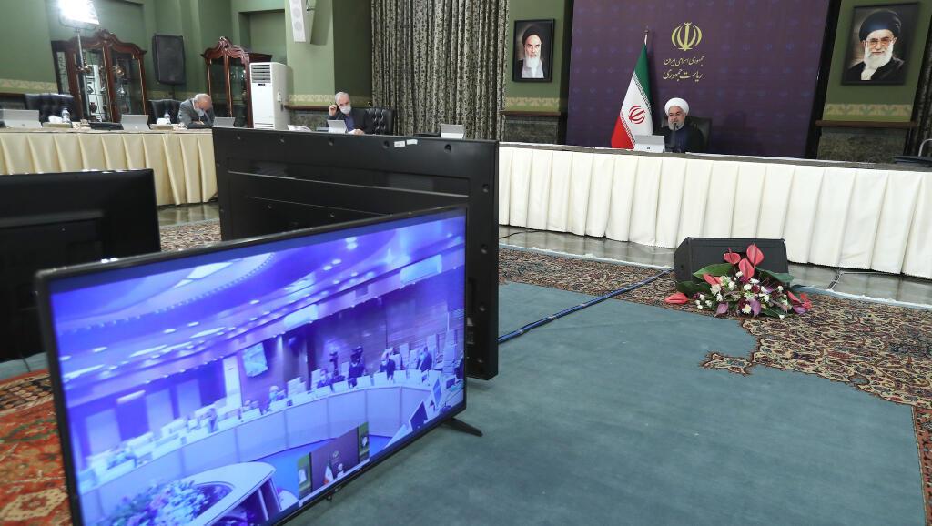 El presidente de Irán, Hassan Rouhani, habló sobre el Covid-19 en la reunión con su gabinete el 29 de marzo de 2020, en la que los funcionarios tenían tapabocas, estaban distantes entre sí e incluso algunos atendieron por videoconferencia.