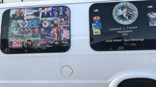 Una camioneta con ventanas cubiertas con calcomanías proTrump y antidemócratas, fue intervenida el 26 de octubre de 2018 durante una investigación de una serie de paquetes bomba, en Florida, EE. UU. Foto tomada el 6 de abril de 2018.