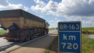 Construida en 1972 bajo la dictadura militar, la carretera BR-163 cruza Brasil de norte a sur. Una arteria que contribuye al desarrollo económico del país, pero que amenaza con destruir la selva tropical...