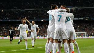 Los jugadores del Real Madrid celebran el tercer gol sobre el París Saint-Germain ante su público en el estadio Santiago Bernabeú en Madrid, España, el 14 de febrero de 2018.