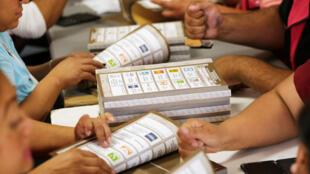 Los empleados del Instituto Nacional Electoral (INE) cuentan las boletas en un depósito donde se almacenan los materiales de votación para las próximas elecciones presidenciales del 1 de julio en Ciudad Juárez, México 4 de junio de 2018
