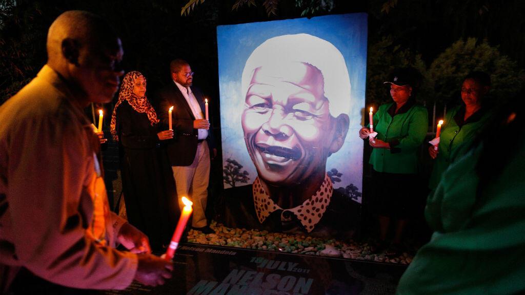 Fotografía de archivo del cuatro de diciembre de 2014, que muestra una vigilia celebrada con motivo del primer aniversario de la muerte del expresidente Nelson Mandela en Soweto, Johannesburgo (Sudáfrica).