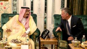 العاهل السعودي الملك سلمان مستقبلا ملك الأردن عبد الله الثاني، 11 حزيران/يونيو 2018.