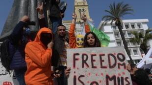 متظاهرون تونسيون يرددون هتافات ضد قوات الشرطة خلال احتجاج ضد الحكومة في 6 مارس 2021 في تونس العاصمة