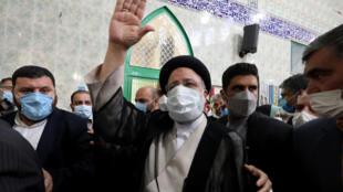 المرشح ابراهيم رئيسي بعد إدلائه بصوته في الانتخابات الرئاسية الإيرانية في 18 حزيران/يونيو 2021.