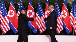 Le président nord-coréen Kim Jong-un et son homologue américain Donald Trump se recontrent lors d'un sommet historique à Singapour, le 12 juin 2018.