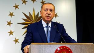 El presidente turco, Tayyip Erdogan, habla durante una conferencia de prensa en Estambul, Turquía, el 24 de junio de 2018.