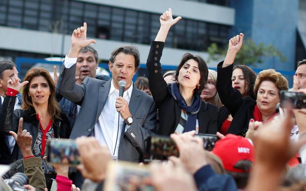 El candidato presidencial del Partido de los Trabajadores Fernando Haddad acompañado de su esposa Ana Estela (izquierda), su candidata a la vicepresidencia Manuela D'Ávila y la expresidenta brasileña Dilma Rousseff (derecha) frente a la sede de la Policía Federal.